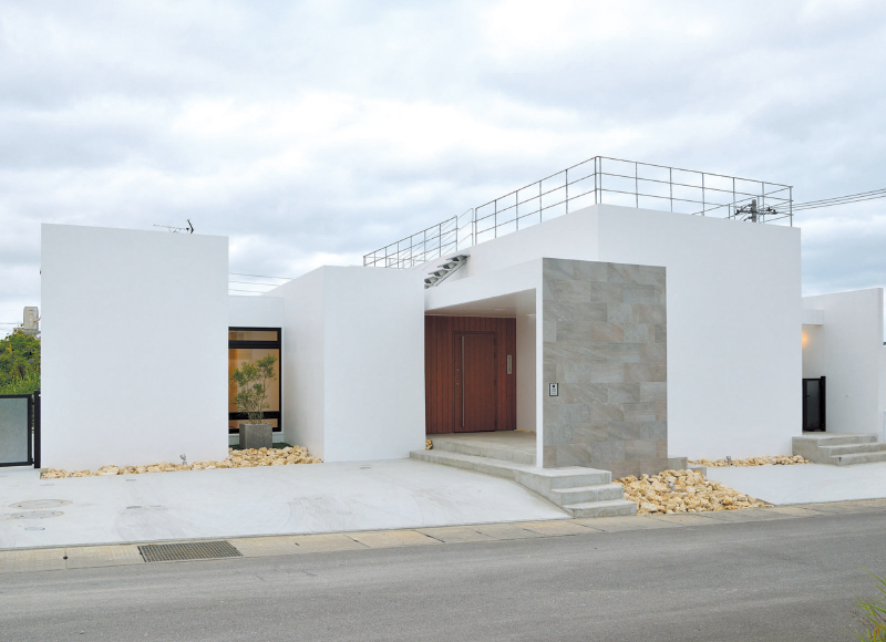 光と風、記憶を招く 縦横に凹凸のある家