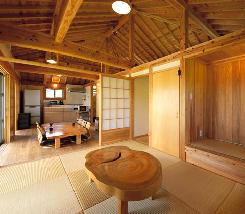 沖縄らしさを今に紡ぐ おおらかで小さな木の家