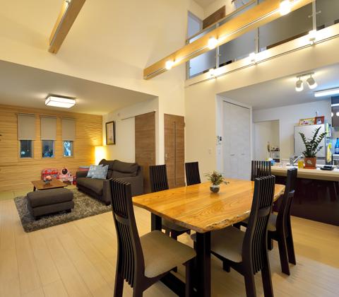 吹き抜けの空間が 上下階をゆるやかにつなぐ、明るく開放的な家
