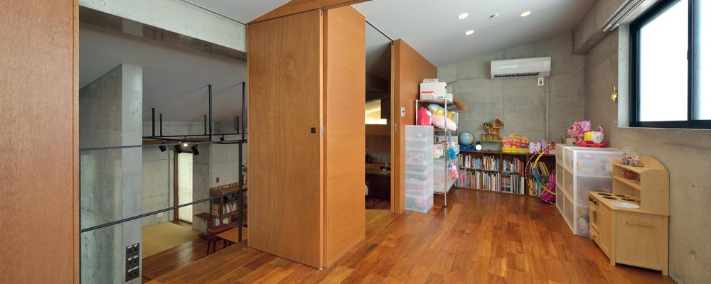 大容量の「蔵」を持つ 打ち放しと木が調和した家