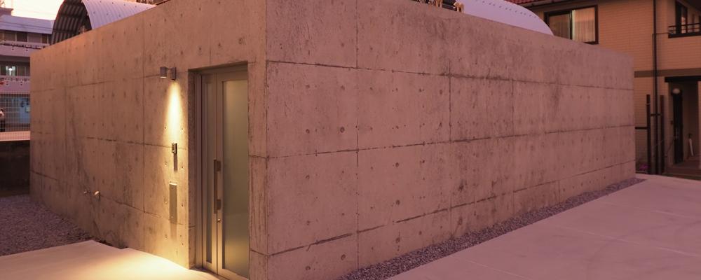 3種類の光庭を持つ 打ち放しのコートハウス