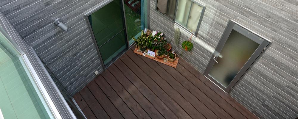 暮らしの真ん中に庭がある キューブ形の木造住宅