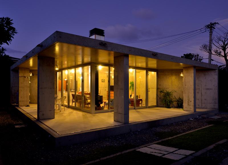 緑深い山中にたたずむ コンクリートとガラスの家