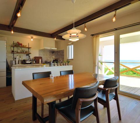木と漆喰で海を切り取った 笑顔あふれる眺望の家