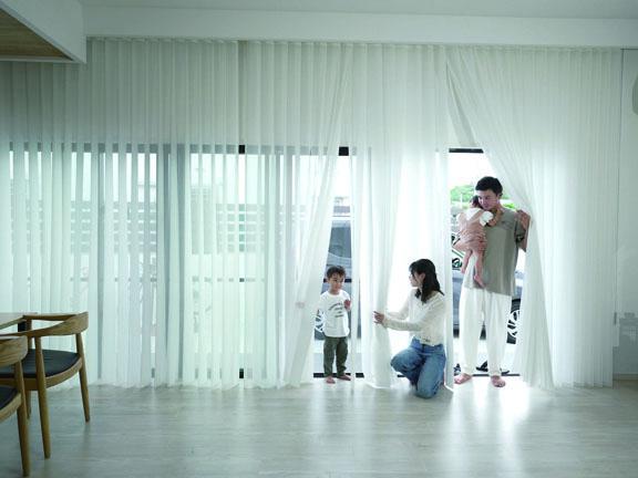 日射や視線を遮りながら、風も人もペットも通り抜け可能な 新しいタイプのカーテン