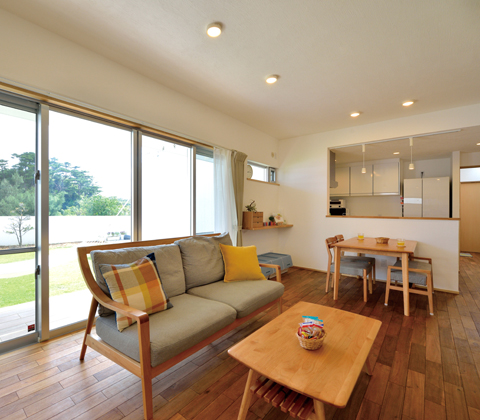 デザインと健康志向を同時にかなえる緑の庭とつながった無添加の家