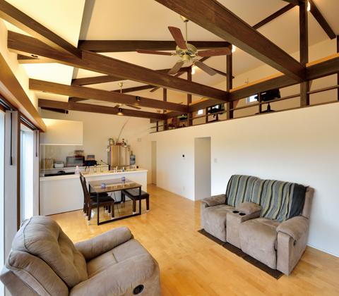 ロフトが生み出すほどよい距離感 構造の特徴をプランに生かした木造住宅