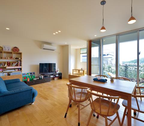 開放感ある眺望を活かし暮らしをデザイン 斜面地に建つ3階建ての家