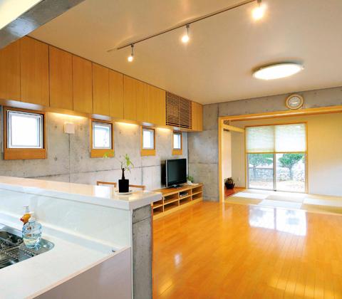 バランスよく窓を配し光と風を取り入れた石積みのヒンプンがある家