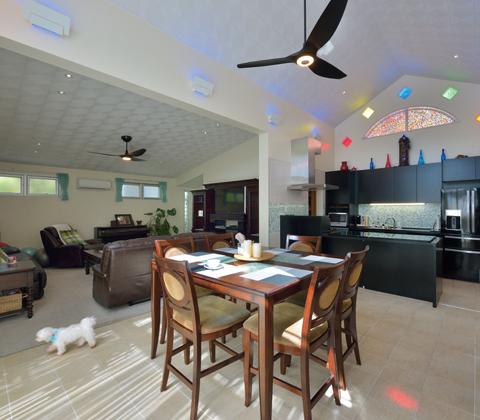 高い天井に色をちりばめたDKや各居室に光と風を届ける中庭 すべてがリゾートフルな家
