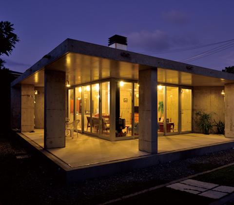 やんばるの山中に毅然とたたずむ 「2つの三角形」で構成されたコンクリートとガラスの家
