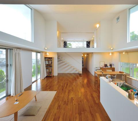 ワンルーム的な大空間 風通しも良好な抜け感が心地いい家